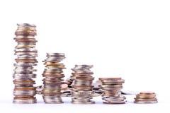 Σωρός νομισμάτων λουτρών ανάπτυξης χρημάτων στην άσπρη επιχείρηση χρηματοδότησης υποβάθρου που απομονώνεται στοκ φωτογραφίες