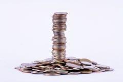 Σωρός νομισμάτων λουτρών ανάπτυξης χρημάτων στην άσπρη επιχείρηση χρηματοδότησης υποβάθρου που απομονώνεται στοκ εικόνα με δικαίωμα ελεύθερης χρήσης