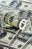 Σωρός δολαρίων ρόλων ως υπόβαθρο στοκ εικόνα