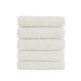 Σωρός πέντε άσπρων πετσετών λουτρών που απομονώνονται πέρα από το λευκό Στοκ εικόνα με δικαίωμα ελεύθερης χρήσης