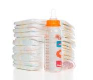 Σωρός παιδιών των πανών, θηλή soother, μπουκάλι γάλακτος σίτισης μωρών στοκ εικόνα