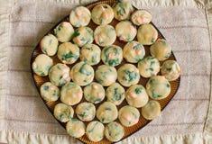 Σωρός σπιτικά muffins με το σολομό, το σπανάκι και το τυρί Στοκ Εικόνα