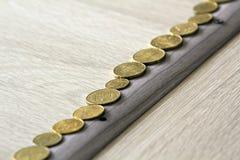 Σωρός σωρών ή χρημάτων νομισμάτων και σειρά του νομίσματος στον ξύλινο πίνακα Έννοια οικονομικής, επιχειρησιακής αύξησης Έννοια ε Στοκ εικόνες με δικαίωμα ελεύθερης χρήσης