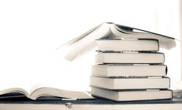 Σωρός σωρών των σπάνιων βιβλίων ανάγνωση του ανοικτού βιβλίου και του κόκκινου σελιδοδείκτη στοκ εικόνα