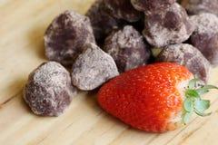 Σωρός της βιομηχανίας ζαχαρωδών προϊόντων - τρούφα και φράουλα σοκολάτας Στοκ Φωτογραφία