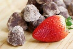 Σωρός της βιομηχανίας ζαχαρωδών προϊόντων - τρούφα και φράουλα σοκολάτας Στοκ Εικόνες