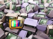 Σωρός της εκλεκτής ποιότητας TV Τέλος της τηλεόρασης εννοιολογικό πράσινο απομονωμένο λευκό αχλαδιών ανασκόπησης Στοκ φωτογραφία με δικαίωμα ελεύθερης χρήσης