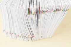 Σωρός της θέσης εγγράφων υπερφόρτωσης στην κατακόρυφο στον ξύλινο πίνακα Στοκ φωτογραφίες με δικαίωμα ελεύθερης χρήσης