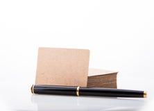 Σωρός της κενής επαγγελματικής κάρτας στο άσπρο υπόβαθρο Στοκ Φωτογραφία