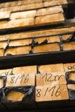 Σωρός της ξυλείας στην αποθήκευση κούτσουρων ξυλείας για την κατασκευή ή το indus Στοκ φωτογραφία με δικαίωμα ελεύθερης χρήσης
