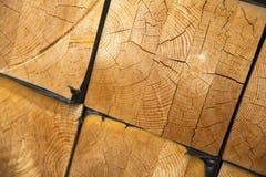 Σωρός της ξυλείας στην αποθήκευση κούτσουρων ξυλείας για την κατασκευή Στοκ εικόνες με δικαίωμα ελεύθερης χρήσης
