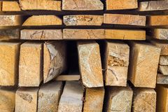 Σωρός της οικοδόμησης της ξυλείας στο εργοτάξιο οικοδομής με το στενό βάθος Στοκ Εικόνες