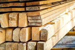 Σωρός της οικοδόμησης της ξυλείας στο εργοτάξιο οικοδομής με το στενό βάθος Στοκ φωτογραφία με δικαίωμα ελεύθερης χρήσης