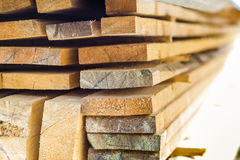 Σωρός της οικοδόμησης της ξυλείας στο εργοτάξιο οικοδομής με το στενό βάθος Στοκ Εικόνα