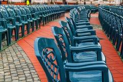 Σωρός της πράσινης πλαστικής καρέκλας στο τετράγωνο πόλεων Στοκ Φωτογραφία
