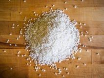 Σωρός του άσπρου ρυζιού στον ξύλινο πίνακα Στοκ εικόνα με δικαίωμα ελεύθερης χρήσης