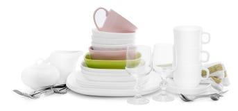 Σωρός του άσπρων κεραμικών σκεύους για την κουζίνα και των μαχαιροπήρουνων, που απομονώνεται στο άσπρο υπόβαθρο στοκ εικόνες