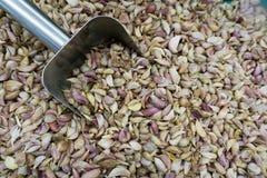 Σωρός του γαρίφαλου σκόρδου με dipper αργιλίου Στοκ φωτογραφία με δικαίωμα ελεύθερης χρήσης