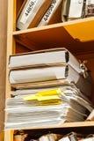 Σωρός του εγγράφου στη βιβλιοθήκη Στοκ φωτογραφίες με δικαίωμα ελεύθερης χρήσης