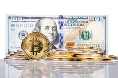 Σωρός του εννοιολογικού cryptocurrency bitcoin με το λογαριασμό β αμερικανικών δολαρίων στοκ εικόνες