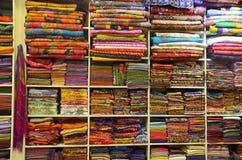 Σωρός του ζωηρόχρωμου παραδοσιακού κλωστοϋφαντουργικού προϊόντος στην Ταϊλάνδη Στοκ φωτογραφία με δικαίωμα ελεύθερης χρήσης