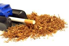 Σωρός του καπνού και μιας cigarette-making μηχανής Στοκ Εικόνες