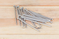 Σωρός του καρφιού σιδήρου στο παλαιό ξύλινο πάτωμα στοκ εικόνα