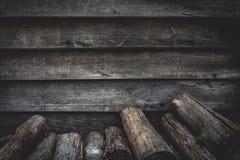 Σωρός του καυσόξυλου και του ξύλινου τοίχου σανίδων Στοκ Εικόνες
