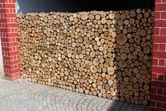 Σωρός του καυσόξυλου που αποθηκεύεται έξω στοκ φωτογραφία