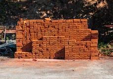 Σωρός του καφετιού τούβλου στο εργοτάξιο οικοδομής Στοκ φωτογραφία με δικαίωμα ελεύθερης χρήσης