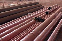 Σωρός του κόκκινου αγωγού που εγκαθιστά στην οικοδόμηση Στοκ Φωτογραφίες