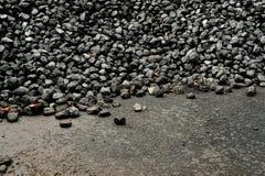 Σωρός του μαύρου άνθρακα σε ένα υπόστεγο άνθρακα σιδηροδρομικών σταθμών Στοκ εικόνες με δικαίωμα ελεύθερης χρήσης