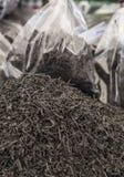 Σωρός του μαύρου τσαγιού σε έναν bazaar Στοκ Φωτογραφία