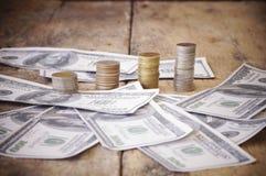 Σωρός του νομίσματος και του τραπεζογραμματίου στο ξύλο Στοκ φωτογραφία με δικαίωμα ελεύθερης χρήσης