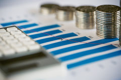 Σωρός του νομίσματος με τη γραφική παράσταση φραγμών στοκ εικόνες