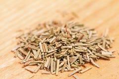 Σωρός του ξηρού δεντρολιβάνου σε ένα ξύλινο υπόβαθρο Στοκ φωτογραφία με δικαίωμα ελεύθερης χρήσης