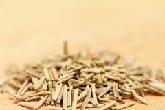 Σωρός του ξηρού δεντρολιβάνου σε ένα ξύλινο υπόβαθρο Στοκ Φωτογραφία