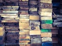 Σωρός του ξύλου με τη ζωηρόχρωμη σύσταση υποβάθρου ακρών στοκ φωτογραφία με δικαίωμα ελεύθερης χρήσης