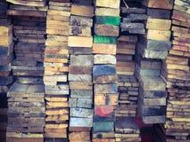 Σωρός του ξύλου με τη ζωηρόχρωμη σύσταση υποβάθρου ακρών στοκ εικόνες με δικαίωμα ελεύθερης χρήσης