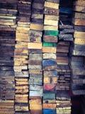 Σωρός του ξύλου με τη ζωηρόχρωμη σύσταση υποβάθρου ακρών στοκ φωτογραφίες με δικαίωμα ελεύθερης χρήσης