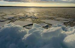 Σωρός του πάγου στην παραλία στο ηλιοβασίλεμα Στοκ φωτογραφίες με δικαίωμα ελεύθερης χρήσης