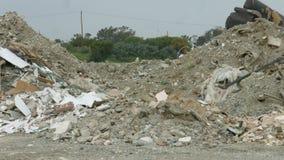 Σωρός του πλαστικού αποβλήτων, γυαλί, ξύλο, πέτρες που μολύνει το πράσινο φυσικό περιβάλλον φιλμ μικρού μήκους