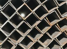 Σωρός του τετραγωνικού σωλήνα ανοξείδωτου στην αποθήκη εμπορευμάτων στοκ εικόνα με δικαίωμα ελεύθερης χρήσης