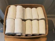 Σωρός του υφάσματος, πετσέτα χεριών, επιτραπέζια πετσέτα, χαρτομάνδηλο στο καλάθι στη SPA, δωμάτιο λουτρών, toliet με το άσπρο ξύ Στοκ φωτογραφία με δικαίωμα ελεύθερης χρήσης