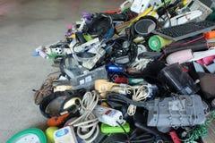 Σωρός του χρησιμοποιημένη ηλεκτρονική και τμήματος αποβλήτων ηλεκτρικών οικιακών εξοπλισμών που σπάζουν ή ζημία στοκ εικόνα