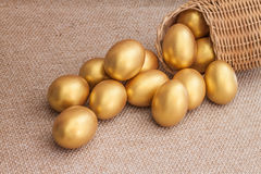 Σωρός του χρυσού αυγού Πάσχας στο ψάθινο καλάθι Στοκ εικόνα με δικαίωμα ελεύθερης χρήσης