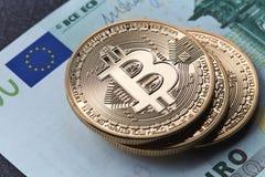 Σωρός του χρυσού σωρού νομισμάτων bitcoin σε έναν ευρο- λογαριασμό Στοκ εικόνα με δικαίωμα ελεύθερης χρήσης