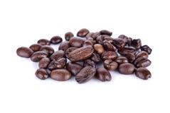 Σωρός του ψημένου arabica φασολιών καφέ ισχυρού μίγματος στο άσπρο backg Στοκ Φωτογραφίες