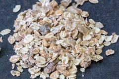 Σωρός του muesli που απομονώνεται Εύγευστο μίγμα δημητριακών granola, με το drie στοκ φωτογραφία