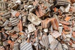 Σωρός τούβλινου και του τσιμέντου μετά από το κτήριο Το κομμάτι του τουβλότοιχος θρυμματίζεται από κατεδαφισμένος στοκ φωτογραφία με δικαίωμα ελεύθερης χρήσης